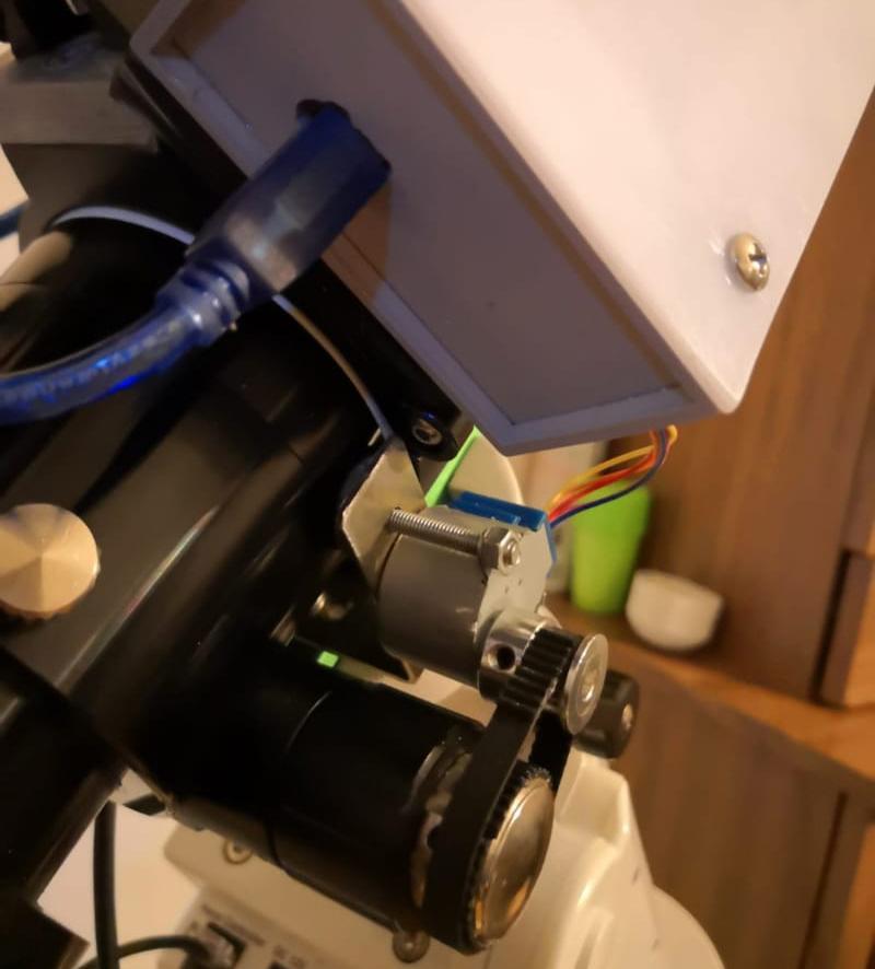 Montaggio del motore sul focheggiatore del telescopio.